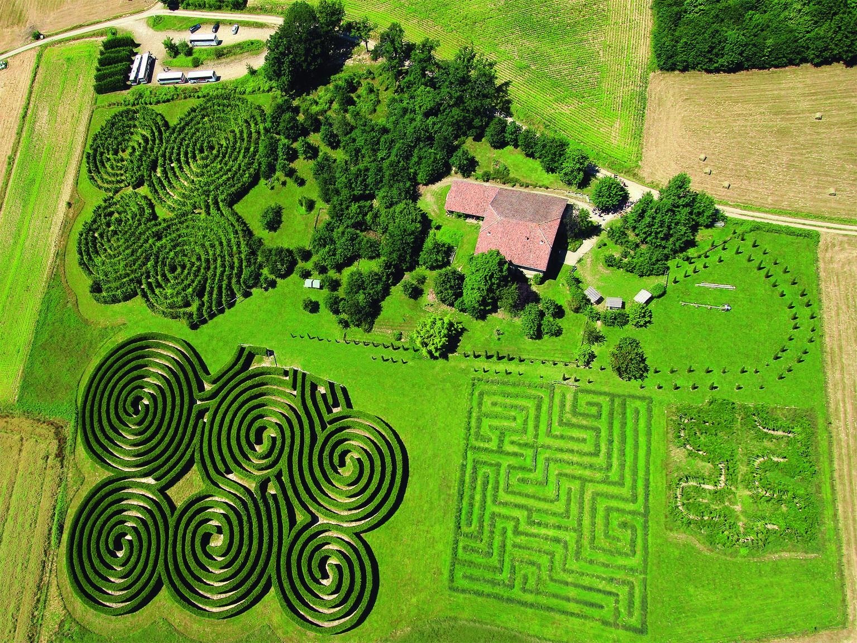 Expositions dans les labyrinthes de Hauterives